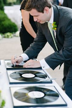 10 wedding guest book alternatives ideas for your Wedding. Alternative guest book ideas that will wow your wedding guest and keep the wedding elegant. Wedding Tips, Wedding Planning, Dream Wedding, Wedding Day, Diy Wedding, Wedding Reception, Wedding Stuff, Guest Book Sign, Guest Books