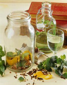 Zitronenmelisse-Likör mit Vodka | http://eatsmarter.de/rezepte/zitronenmelisse-likoer