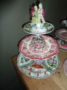 Weer eens wat anders.... gezelligheid, een glas thee en een berg lekkers.....    Geheid een succes zijn deze unieke etageres.    Leuk voor op een feestje of een heuse high tea !    Wil je een maatje kleiner..... ook dat kan. Informeer info@tantepollewops.nl