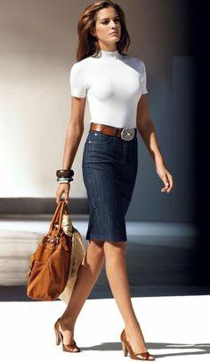 une jupe droite mi-longue denim. blouse blanche, femme moderne
