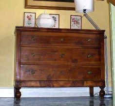 Un raro cassettone in noce integro tavola unica periodo 1815 circa, sempre usato in casa, già restaurato.