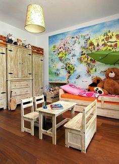 Pokój córki, a w nim meble z bielonej sosny. Na ścianie wisi mapa świata sprowadzona z USA. Studiujemy ją z Marysią bardzo często, jej wiedza z geografii, jak na pięciolatkę, jest naprawdę imponująca!