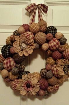 Primitive rag ball wreath - what a nice wreath Mehr Home Crafts, Holiday Crafts, Fun Crafts, Crafts To Make, Wreath Crafts, Diy Wreath, Burlap Wreath, Wreath Ideas, Rag Wreaths
