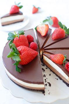 U bent zojuist in de chocolade- én cheesecakehemel beland met deze chocolade laagjes cheesecake. Vier lagen death by chocolate.