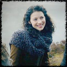 Claire Sassenach Shawl Wrap main tricot Outlander par KnitzyBlonde Outlander Knitting Patterns, Chunky Knitting Patterns, Hand Knitting, Knitting Yarn, Beginner Knitting, Knitting Needles, Claire Fraser, Chunky Knit Scarves, Knitted Shawls