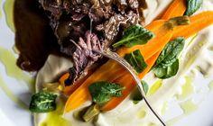 Líčka na červeném víně s karotkou, fenyklovým pyré a citrónovo-fenyklovým olejem Tasty, Yummy Food, Sous Vide, Kitchenette, Steak, Beef, Dinner, Board, Lemon