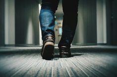 Un pasillo con poca luz.  Un camino de vuelta al infierno que puede ser decisivo.