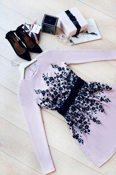 Piękna sukienka z motywem kwiatowym Fashion, Moda, Fashion Styles, Fashion Illustrations