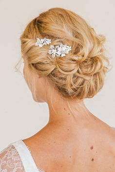 Weddbook ♥ Floral Comb Set bridal comb by UntamedPetals, a simple and shining hair-style.Looks lovely and everyone will admire you. Fancy Hairstyles, Bride Hairstyles, Hairstyle Wedding, Hairstyle Ideas, Headpiece Wedding, Hair Updo, Wedding Veil, Bridal Comb, Bridal Chignon