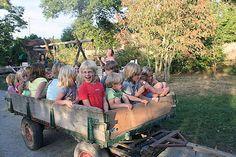 Midden Frankrijk, Creuse- caravans, camping, boerenhuisje (max 7 pers.)- natuurlijke camping met zwem meer,  gezellig informeel cafe / terras en 1 x per week pizza avond uit de steenoven. In hoogseizoen veel Nederlande en Belgische gezinnen met (jonge) kinderen.