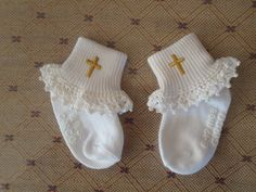 Crochet Ruffle, Crochet Socks, Crochet Gifts, Crochet Baby, Dedication Ideas, Baby Dedication, Beaded Cross, Crochet Cross, Baby Party Favors