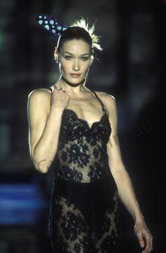 atelier versace spring summer 1996 carla bruni