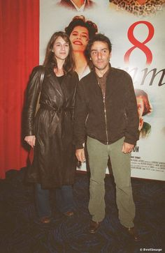 Charlotte Gainsbourg and Yvan Attal at the premiere of 8 Femmes 2002 | puretrend.com.