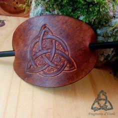 barrette accessoire cheveux ovale en cuir repoussé brun marron foncé avec Triquetra noeuds celtiques entrelacs pic en bois noir elfique vikin, médiéval païen ésotérisme magie cadeau noël yule wicca