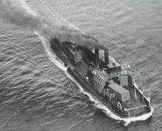 Collectie Foto's Provinciale Atlas  Luchtfoto Spoorpont Toen was er nog geen lucht-verontreiniging... KLM Aerocarto N.V. Enkhuizen - Stavoren.  Air photo of a train ferry from Enkhuizen to Stavoren.1929 www.provincialeatlas-nh.nl