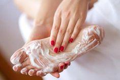 Так как сейчас у меня дачный сезон, то страдают и ступни - иногда бегаю босиком по земле))) И руки - не всегда одеваю защитные перчатки!))) Так вот это средство подходит, как для ног, так и для рук! Прекрасно смягчает