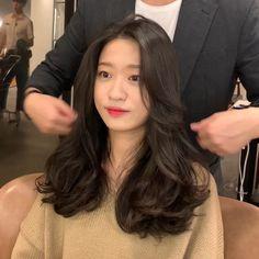 Curly Asian Hair, Korean Long Hair, Medium Hair Cuts, Medium Hair Styles, Curly Hair Styles, Hairstyles Haircuts, Pretty Hairstyles, Korean Hairstyles Women, Hairdo For Long Hair