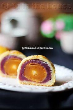 Qi Qi in the house: 紫薯莲蓉蛋黄酥(2013)purple potato lotus mooncake