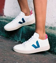Veja sneaker in organic cotton, low chrome leather Las Vegas, White Shoes Outfit, Veja V 10, Baskets, Veja Sneakers, White Glitter, Shoe Game, Slippers, Leather