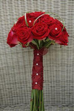 Bruidsboeket, hand gebonden biedermeier van rode rozen met parelafwerking op het handvat. www.meesterlijkgroen.nl