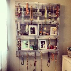 Awesome country style jewelry organizer. I just love all the ways people reuse pallets. I have seen some pretty cool furniture pieces.