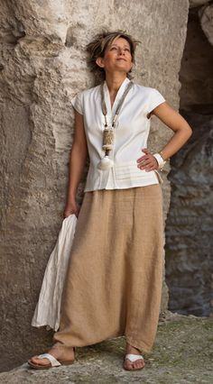 Élégance estivale en saroual de lin beige, chemisier sans manche blanc et collier ethnique