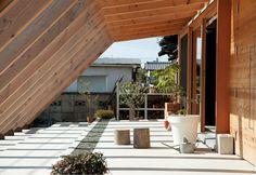 人にも自然にもオープンに暮らす。庭から続く芝屋根がある平屋 | スミカマガジン | SuMiKa | 建築家・工務店との家づくりを無料でサポート House Rooms, Cabin, Architecture, Garden, Outdoor Decor, Design, Home Decor, Arquitetura, Garten
