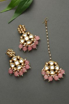 Reema Pink Gold Tone Kundan Earrings and Mangtikka Indian Jewelry Earrings, Indian Jewelry Sets, Jewelry Design Earrings, Gold Earrings Designs, Indian Wedding Jewelry, Bridal Jewelry Sets, Bridal Jewellery, Stone Earrings, Bridal Accessories