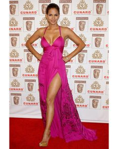 Halle Berry stuns onlookers as she walks the red carpet at the Cunard Britannia Awards at the Hyatt Regency Century Plaza Hotel in Los Angeles. Halle Berry Style, Halle Berry Hot, Hale Berry, Cleveland, Afro, Good Looking Women, Glamour, Celebrity Style, Berries
