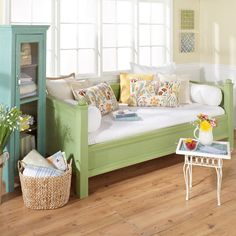 diy daybed Online Extras - My Home My Style Magazine. Love this day bed, cozy reading nook. Diy Daybed, Diy Sofa, Daybed Ideas, Style Magazin, Sunroom Decorating, Diy Furniture, Plywood Furniture, Painted Furniture, Modern Furniture