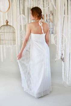 mona berg Kollektion 2017, Frieda. Dieses Brautkleid, das im Vintage-Stil gehalten ist, ist aus feinster Raschelspitze gearbeitet. Das Dekolleté wird als Neckholder-Linie eingerahmt und läuft am Rücken in langen Bändern aus.