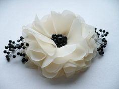 Marfil-negro flor clip/Peine pelo nupcial accesorios damas de honor cabello accesorios para el cabello de InColours en Etsy https://www.etsy.com/es/listing/179279203/marfil-negro-flor-clippeine-pelo-nupcial