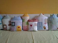 paracolpi da lettino composto da una serie di cuscini a forma di casetta http://elbichofeo.blogspot.com