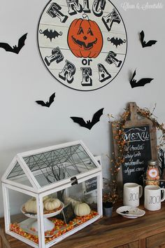 Halloween Hot Chocolate Bar with free printables. Such a cute Halloween vignette! Halloween Diorama, Halloween 2015, Cute Halloween, Halloween Crafts, Halloween Ideas, Hot Chocolate Bars, Halloween Activities, Vignettes, Free Printables