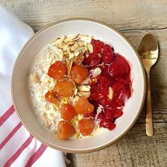 Hot mornings mean refrigerator oats with strawberry sauce, golden raspberries and sliced almonds for breakfast! Find recipes for oat and chia porridge as well as a blueberry sauce that can be adapted for strawberries on the blog! #vegan #vegetarian #glute