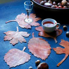 Dessous de verre ou soucoupe de tasse en cuir en forme de feuille d'automne
