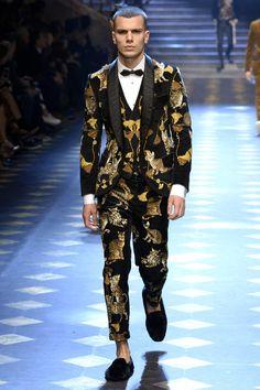 Dolce & Gabbana Fall 2017 Menswear Fashion Show Collection: See the complete Dolce & Gabbana Fall 2017 Menswear collection. Look 24 Milan Fashion, Love Fashion, Trendy Fashion, Fashion Show, Mens Fashion, Fashion Trends, Catwalk Fashion, Fashion Styles, Lucky Blue Smith