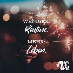 Visual Statements®️ Weniger Routine. Mehr Leben. Sprüche / Zitate / Quotes / Meerweh / reisen / Fernweh / Wanderlust / Abenteuer / Strand / fliegen / Roadtrip