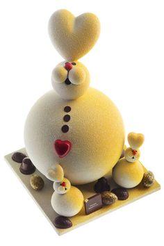 Pierre Marcolini - Lapin cœur : une coque tout en chocolat au lait pour l'adorable bête et ses lapereaux, le tout disposé sur deux tiroirs, l'un contenant des œufs pralinés, l'autre un assortiment de bonbons de chocolat de Pâques. Prix : 1,250 kg Design by Charles Kaisin – 125 euros