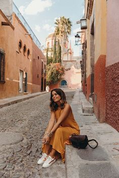 Sara of Collage Vintage wearing a long mustard dress and embroidered sneakers Picture Poses, Photo Poses, Foto Casual, Collage Vintage, Vintage Denim, Girl Photography, Summer Outfits, Fashion Looks, Street Style