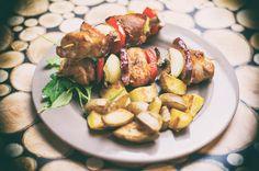Przepis na szaszłyki wieprzowe z piekarnika z boczkiem i warzywami. Kolorowe i bardzo smaczne danie pieczone. Soczysta szynka wieprzowa