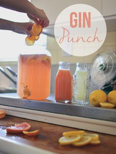Even the guys love it, I swear: A fool-proof juicy gin punch for the last of your summer entertaining! Gin Recipes, Gin Cocktail Recipes, Punch Recipes, Alcohol Recipes, Fun Cocktails, Cocktail Drinks, Party Drinks, Gin Punch Recipe Easy, Party
