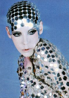 Peggy Moffitt in Rudi Gernreich, nude chiffon jumpsuit paved in mirrors with mirrored skullcap, 1969 – Photo © William Claxton Sixties Makeup, Trendy Fashion, Fashion Models, Vintage Fashion, Biba Fashion, Queer Fashion, Mod Fashion, Peggy Moffitt, William Claxton
