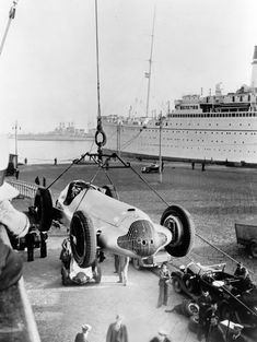 anyskin: 1938 - a mercedes being unloaded for the Grand Prix of Tripoli. To me there is something wonderful and mysterious about the exotic locations of many of the pre -war Grand prix venues. Mercedes Benz, Grand Prix, Le Mans, Carl Benz, Classic Race Cars, Gilles Villeneuve, Action Photography, Automobile, Vintage Race Car