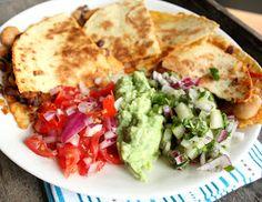 Veganmisjonen: Quesadilla med fabelaktig bønnechili Quesadilla, Guacamole, Chili, Mexican, Ethnic Recipes, Desserts, Food, Tailgate Desserts, Deserts