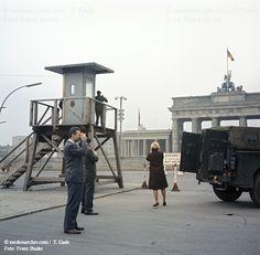 Berliner-Mauer 1961 Beobachtungsplattform Beobachtungsturm Berlin Berlin Wall Berliner Mauer Brandenburger Tor DDR Deutschland GDR Germany Jeep Mitte Schaulustige medienarchiv.com fotos