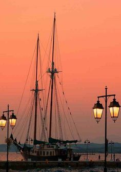 Sunset on Dapia with traditional vessel and lamp posts - Spetses island, Saronic Gulf, Greece Santorini, Beautiful Places, Beautiful Pictures, Greece Islands, Amazing Sunsets, Tall Ships, Heaven On Earth, Water Crafts, Greece Travel