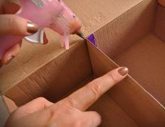 Como fazer uma caixa organizadora. Uma solução para manter seus objetos arrumados e separados dos restantes é a caixa organizadora. E é tão simples fazer sua própria caixa organizadora! Basta reunir alguns materiais básicos e decorá-la...
