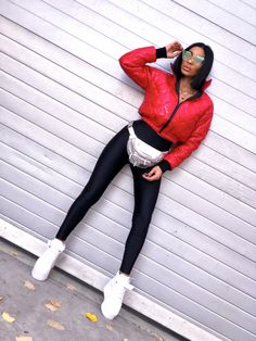 Giubbino corto bomberino di colore rosso. Imbottino con impuntura a rombo sul tessuto antipioggia, esterno. Collo alto e zip frontale per chiusura. Leather Pants, Sporty, Jeans, Shopping, Style, Fashion, Leather Jogger Pants, Swag, Moda