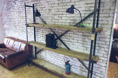 Industriële kast van zwaar geborsteld staal met oude grenen balken